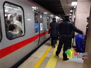 ...一号线万寿路站发生乘客坠轨 中国青年网记者   摄 -北京地铁一号线...