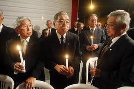 3月17日,在秘鲁首都利马的日本大道,当地日本人手持蜡烛、为日本...