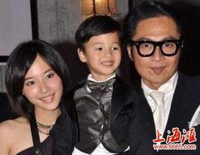 轻20岁的长春姑娘石洋子.吴启华在2007年迎娶小自己21岁的内地女...