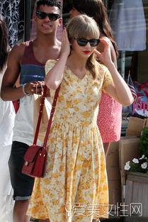 婷婷桃色网-Look 6 黄色印花连衣裙-跟Taylor Swift学搭配 玩转小清新