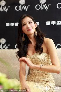 ...,林志玲身着淡黄色长裙,以走秀的方式出场,引起了台下粉丝阵...