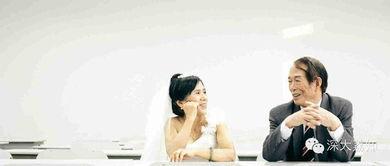 大学教授牵手妻子校园内拍小清新婚纱照