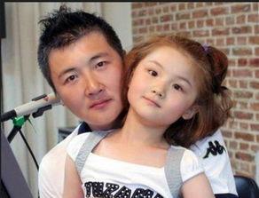 陆毅女儿秀小白牙出镜 可爱长相酷似爸爸