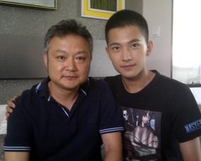 ,两人正在山东临沂赶拍青春剧《美丽E时代》.他在微博中称两个人...
