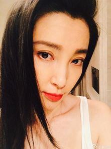 红唇人体艺术-42岁李冰冰穿背心秀肌肉 大红唇美艳动人
