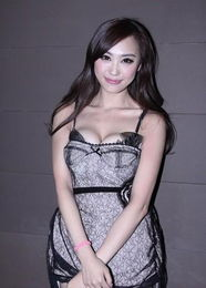 国际胸模大赛冠军吕晶 穿情趣蕾丝内衣秀双球