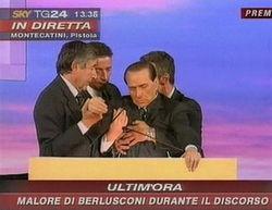 (央视国际视频截图)-意大利前总理贝卢斯科尼演讲时晕倒