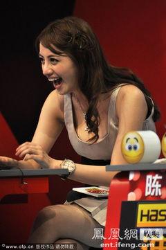 女星杨青倩亮相录制节目 穿短裙登台劈腿姿态豪放