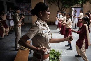 ...为女子学校里教女孩们自卫训练的女警员.在印度,女性一直被当成...