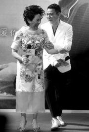 刘德华、叶德娴出席电影《桃姐》首映式.-刘德华自嘲 靠女人