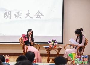 ...珊向听众展示《我是农民》.    摄 -藏在大学校园里的 朗读者 他们有...