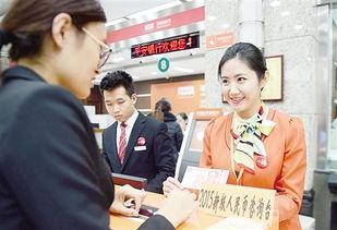 ...日,北京复兴门平安银行北京支行,工作人员为客户讲解新版人民币...