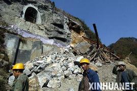 割绳子2沙漠大坝第14关-11月24日,施工人员从发生岩崩滑坡事故的隧道前走过.11月20日8时...