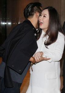 男人亲吻下边的动态-...燕男友杜江出席活动 神秘男送吻霍思燕一脸惊喜