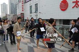 成都春熙路旁的天桥上,四名身上贴标签的男子.网友 摄-成都街头四...