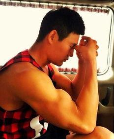 """南山兵哥食包皮-不仅如此,""""嘎子哥""""还在努力健身,照片中粗壮的手臂与健硕的胸肌..."""
