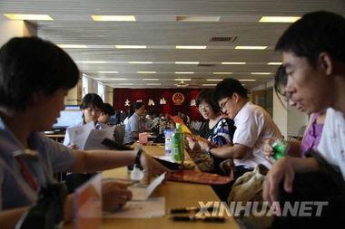 ...8日,新人们在北京市海淀区民政局婚姻登记处领证.    摄 -奥运开幕...