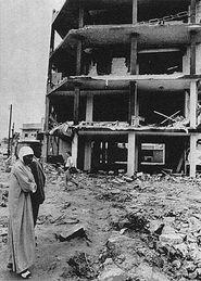 美国空袭利比亚一道道炮弹光划破长空,爆炸声震耳欲聋 大图 小图为...