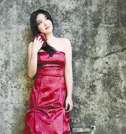 五月丁香啪啪网-4月7日,川音音乐厅,26岁的成都妹子贾然一袭火红曳地长裙、迈着轻...