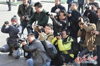 敬业的摄影记者们     摄 -场外同样精彩