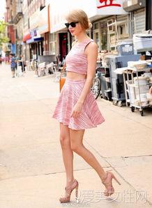 ...字半身裙,裸色高跟凉鞋,橘色背包,氧气女孩可以轻松穿出范的搭...