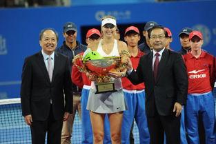 中国人寿集团董事长杨明生为中网女单冠军颁奖