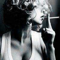 叼着烟霸气女生头像