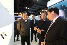李董介绍TCL最新推出的手机产品-胡春华书记到TCL调研