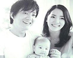 ...抱着4个月大的女儿拍全家福(图来自台湾苹果日报)-韩男星李凡秀4...