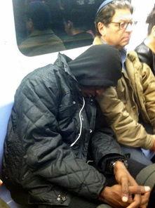 ...红 一黑人头靠白人肩上睡觉