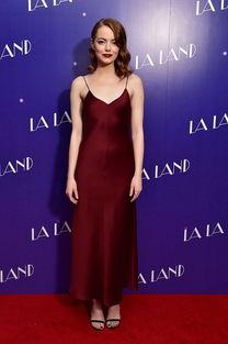 姐也色韩国-她也穿过几身红色系的洋装,比如下面这件吊带红裙搭配姨妈色口红. ...