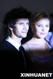 电影《明星》的主演阿比·科尼什(右)和本·威肖在法国戛纳出席该...