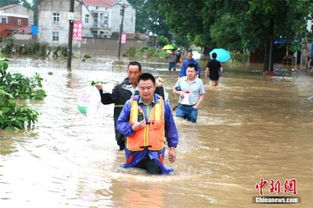 云梦徐行一溪间-湖北云梦县村庄被淹 消防官兵冒雨涉水两公里救人