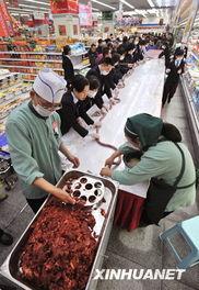 12月1日,成都市一家超市的员工正在灌制超长香肠.-300余米超长香肠