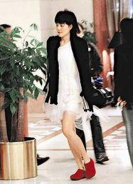 日前,王菲到台湾做了9天宣传,搞得如同时装表演.原来她带去了9大...