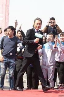 48岁吴秀波梳丸子头扮嫩 遭美女警察狂拍