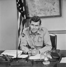 菲斯在百老汇又重回喜剧圈,在《从军乐》中出演一个在美国部队中遭...