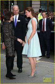 凯特王妃挺孕肚优雅现身 手捂小腹细心护胎