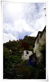 新定日山上有座寺庙,能看出很有年头了.山的最高处还残留着一些城...
