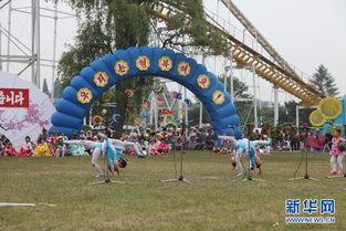 6月1日,在朝鲜平壤万景台游乐场,孩子们在
