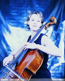 拉小提琴的小女孩