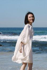 裙子低下光溜溜图-袁泉海边阳光写真 白裙飘飘展迷人笑容