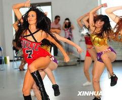 ...宁各城市选拔出的12位选手一起表演拉拉操.新华社记者 -炫舞激情...