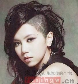 女士长发两边剃掉的发型