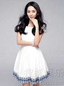 ...青年实力派演员刘佳曝光一组时尚写真,该组照片中她身穿白色碎...