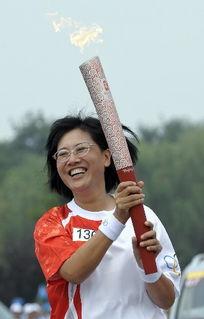 ...月8日,火炬手张明手持火炬传递.    摄 -奥运圣火继续在北京传递