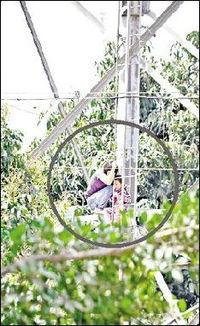 ...的高压电塔. 少妇怀抱3岁女欲跳塔