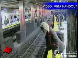 ...地铁险被轧死 监控录像拍全程