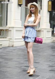 街拍美女 小姐姐穿着一件长t恤,这搭配应该是受小女生喜欢的吧