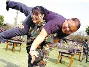 女大力士成功举起体重逾100公斤男子
